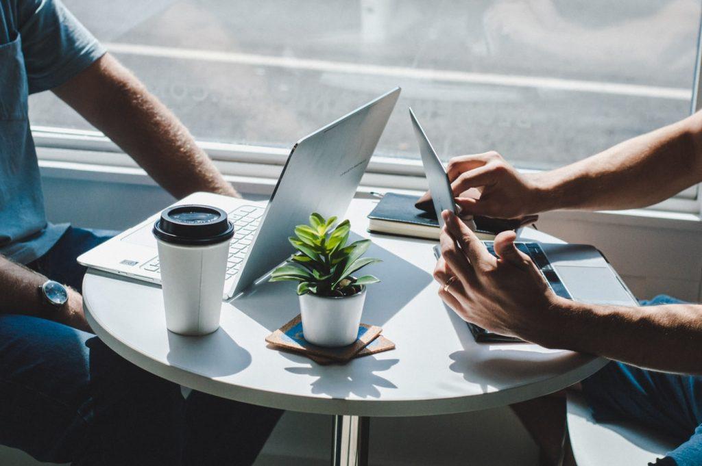 Deux salariés qui travaillent hors de leur bureau grâce à la mobilité informatique